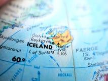 Pays tir de foyer de l'Islande de macro sur la carte de globe pour des blogs de voyage, le media social, des bannières de site We Image libre de droits