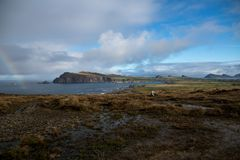 Paysage à chaînes brun grisâtre avec l'arc-en-ciel Photos libres de droits