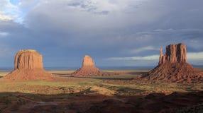 Paysage à la vallée de monument dans le coucher du soleil Photos stock