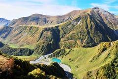 Paysage étonnant avec le lac bleu en montagnes Images libres de droits