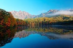 Paysage étonnant de lac d'automne de Kagami Ike Mirror Pond dans la lumière de matin avec des réflexions symétriques de feuillage photographie stock