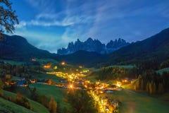 Paysage étonnant de nuit de village de Santa Maddalena avant lever de soleil Alpes de dolomite, Tyrol du sud, Italie Images stock