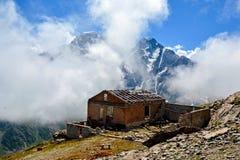 Paysage étonnant des montagnes rocheuses et du ciel bleu, Caucase, Russie photographie stock