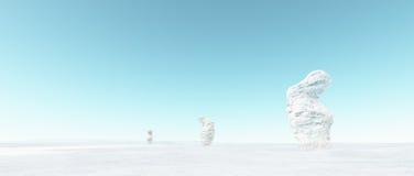 Paysage étrange abstrait d'hiver avec les roches neigeuses blanches et le ciel bleu Photographie stock