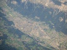 Paysage aérien à la ville d'Innsbruck Autriche de la fenêtre d'avion images stock