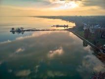 Paysage aérien d'hiver d'un village hongrois Balatongyorok, le Lac Balaton en Hongrie images libres de droits