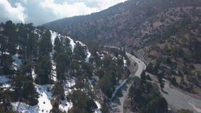Paysage aérien en montagnes avec la neige en Chypre par temps ensoleillé banque de vidéos