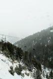 Paysage abandonné d'ascenseur et de montagne d'hiver Hiver dans Pyrénées, Espagne Photographie stock libre de droits