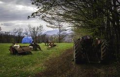 Paysage abandonné de tracteur en montagnes serbes Image stock