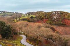Paysage accidenté et route dans le débardeur, Îles Anglo-Normandes photographie stock libre de droits