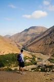 Paysage admiratif de montagne d'homme, Maroc photographie stock