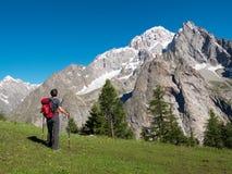 Paysage admiratif de montagne de randonneur autour de Mont Blan images libres de droits