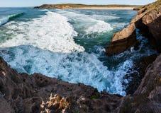 Paysage Algarve, Portugal de côte de l'Océan Atlantique Image stock