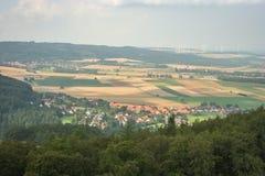 Paysage allemand typique avec un village, les collines, la forêt et les turbines de vent à l'arrière-plan image stock