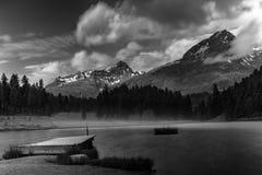 Paysage alpin avec le lac de montagne en beaux-arts noirs et blancs Photos stock