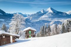 Paysage alpin de montagne avec des cabines en hiver image libre de droits