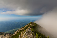 Paysage alpin dramatique pendant l'été, dans les Alpes de Transylvanian, avec les nuages et la brume image libre de droits