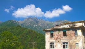 Paysage alpin et ruines Photographie stock libre de droits