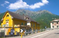 Paysage alpin et ruines Image stock