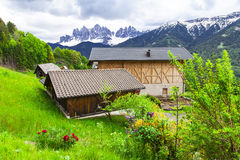 Paysage alpin - fermes en dolomites photo stock