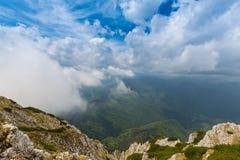 Paysage alpin pendant l'été, dans les Alpes de Transylvanian, avec la mer des nuages Image stock