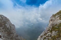 Paysage alpin pendant l'été, dans les Alpes de Transylvanian, avec la mer des nuages Photographie stock