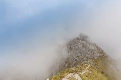Paysage alpin pendant l'été, dans les Alpes de Transylvanian, avec la mer des nuages Images stock