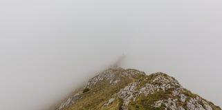 Paysage alpin pendant l'été, dans les Alpes de Transylvanian, avec la mer des nuages Image libre de droits