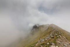 Paysage alpin pendant l'été, dans les Alpes de Transylvanian, avec la mer des nuages Photos stock
