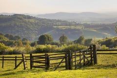 Paysage anglais avec la porte au coucher du soleil Photo stock