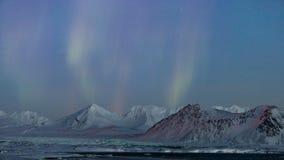 Paysage arctique de montagne avec les lumières du nord - le Spitzberg, le Svalbard clips vidéos