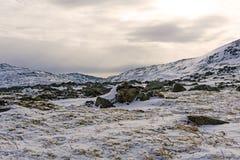 Paysage arctique neigeux pierreux photographie stock