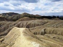 Paysage aride aux volcans de boue image libre de droits