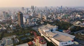 Paysage au bâtiment de Phnom Penh - de Kohpich - le Cambodge sur le coucher du soleil photo stock