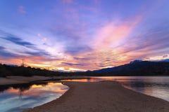 Paysage au coucher du soleil sur le rivage de lac Photographie stock