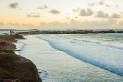 Paysage au crépuscule : mer, îles, isthme Photos libres de droits