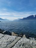 Paysage au-dessus du Lac Léman et des bosselures du Midi avec bluesky photographie stock libre de droits