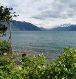 Paysage au-dessus du Lac Léman et des bosselures du Midi avec des nuages comme fond photographie stock