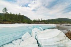Paysage avec de la glace de turquoise sur la rivière Images libres de droits
