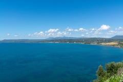 Paysage avec de petites ?les et baies grecques de Navarino sur P?loponn?se, Gr?ce, destination de vacances d'?t?, tourisme d'eco photo stock