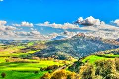 Paysage avec des montagnes et des nuages images libres de droits