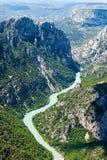 Paysage avec des montagnes et Verdon River Valley photographie stock