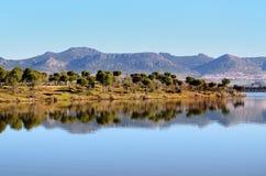 Paysage avec des réflexions dans le barrage Photos libres de droits