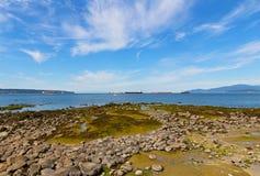 Paysage avec des roches de mer exposées pendant la marée basse Images stock