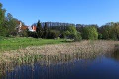 Paysage avec l'église blanche à l'arrière-plan image libre de droits