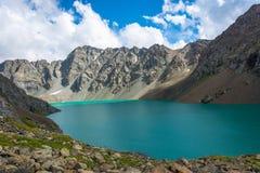 Paysage avec l'aile du nez-Kul de lac de montagne, Kirghizistan Image stock