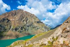 Paysage avec l'aile du nez-Kul de lac de montagne, Kirghizistan Photo libre de droits