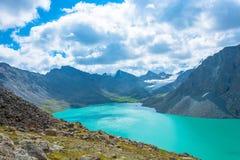 Paysage avec l'aile du nez-Kul de lac de montagne, Kirghizistan Photos libres de droits