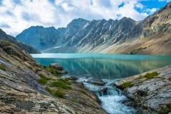 Paysage avec l'aile du nez-Kul de lac de montagne, Kirghizistan Images stock