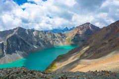 Paysage avec l'aile du nez-Kul de lac de montagne, Kirghizistan Photo stock